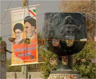 Sur la place centrale de la ville de Djiroft en 2005 on pouvait lire : tout ce que nous avons, nous le devons à la Révolution ... !